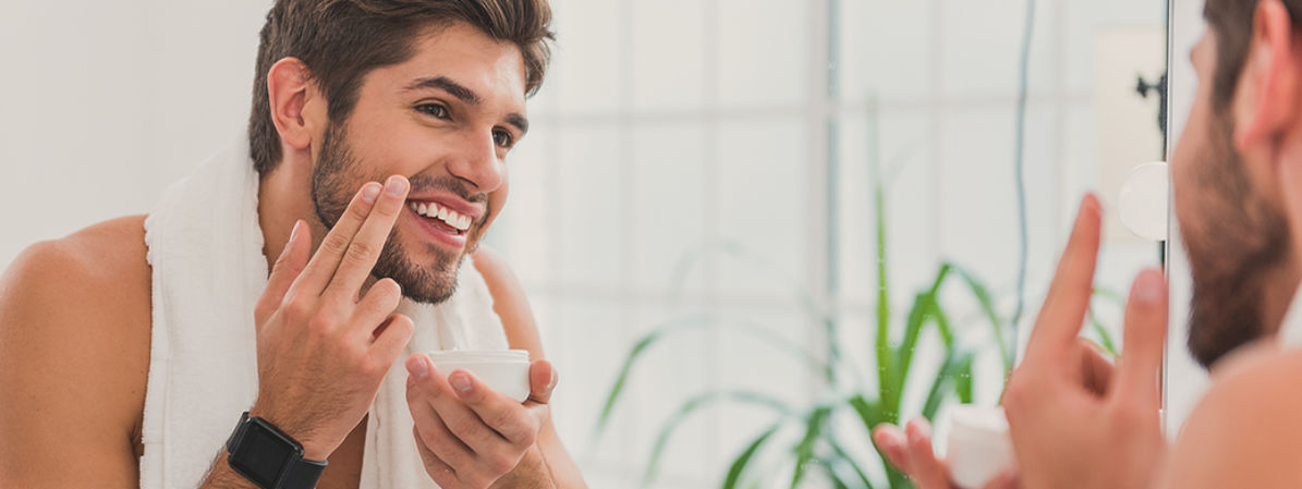 Hombre aplicándose crema facial para el post cremas para el hombre