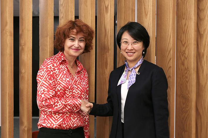 Acuerdo entre ICEX y Alibaba: en la foto, María Peña, consejera delegada de ICEX, a la izquierda, y a la derecha, Angel Zhao, presidenta de Alibaba Global Business Group.