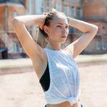 Desodorantes sin sales de aluminio. En la imagen, mujeres haciendo deporte en un gimnasio. En la imagen: chica deporte brazos levantados