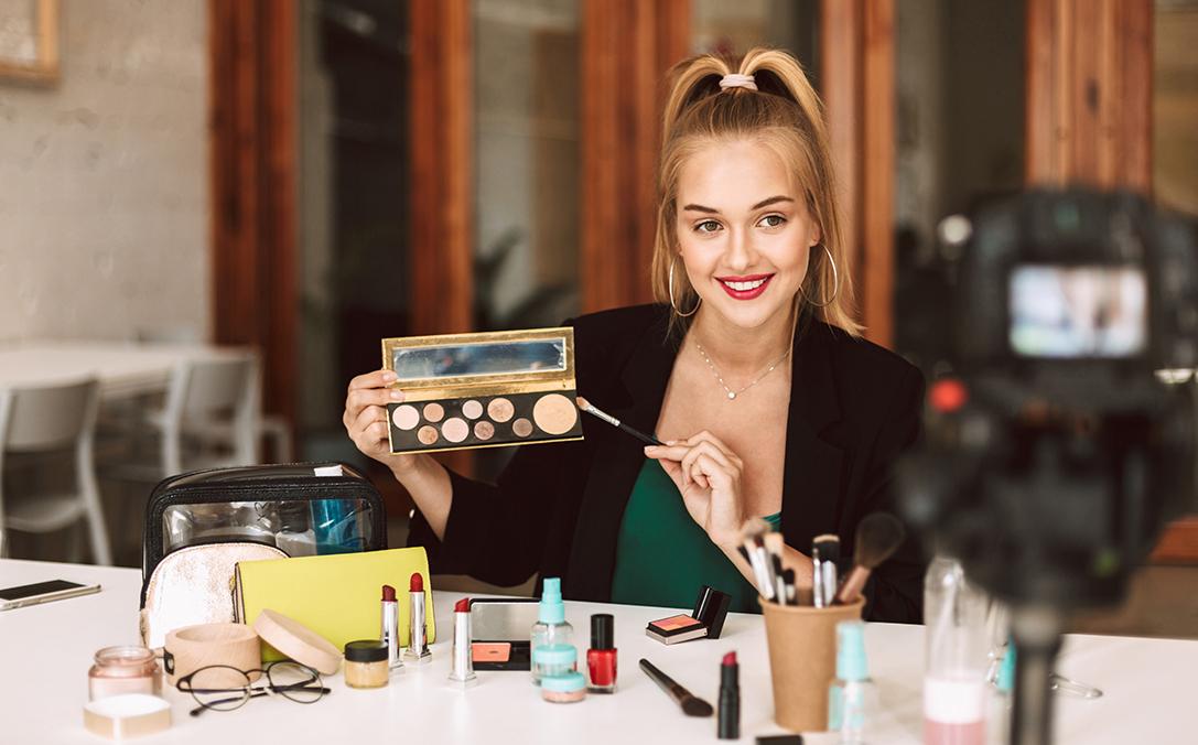 chica videobloguera maquillaje para ilustrar artículo marketing de influencia en 2020