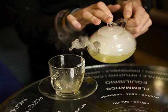 Relájate en The Perfume Library, donde vas a poder disfrutar de un agradable té mientras eliges tu fragancia favorita.