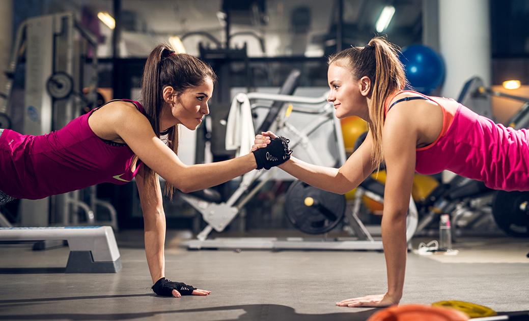 chicas entrenando en el gimnasio para el post 8 cosméticos que querrás llevar en la bolsa del gimnasio