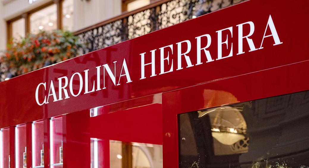 Fachada tienda de Carolina Herrera, para el artículo línea de maquillaje de Carolina Herrera