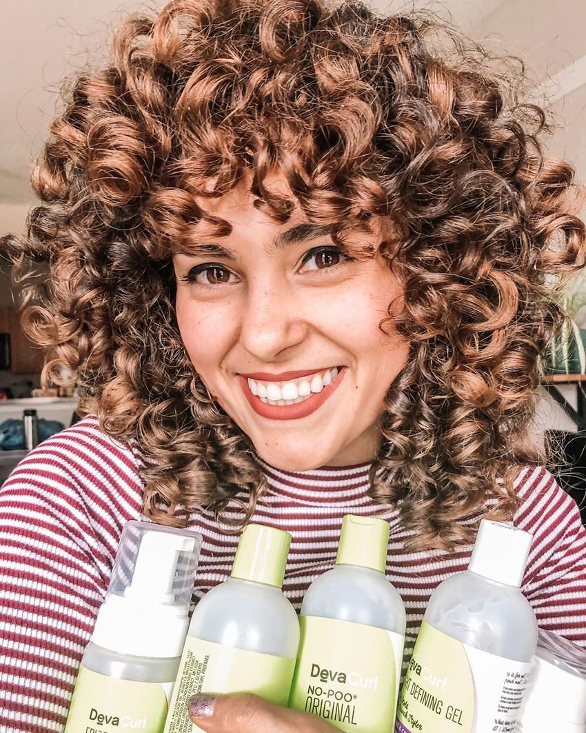 DevaCurl chica con productos. Imagen para la noticia: DevaCurl se enfrenta a una demanda colectiva