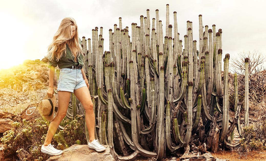 Chica caminando sobre robas en el desierto. Para el post mejor método de depilación