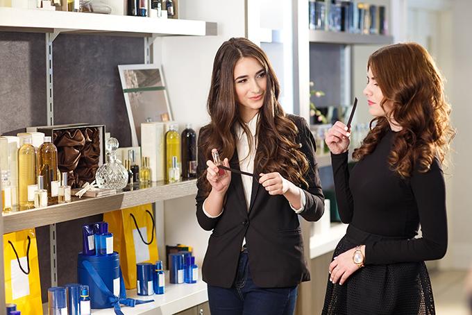 Mujer comprando perfume en una perfumería