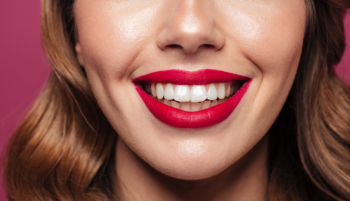 Chica con los labios pintados para el artículo Stanpa OCU ingredientes tóxicos en los labiales
