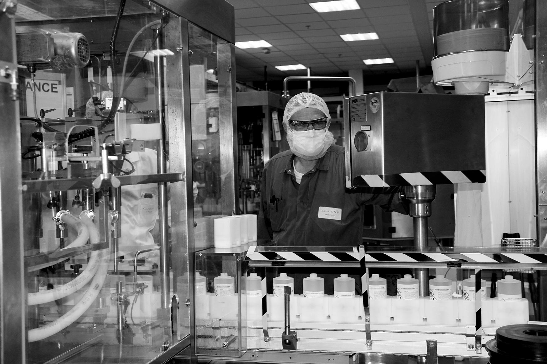 Laboratorio Clarins fabricando hidroalcohólicos. Clarins ya está fabricando geles hidroalcohólicos para frenar el coronavirus