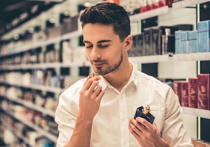 Chico en una perfumería