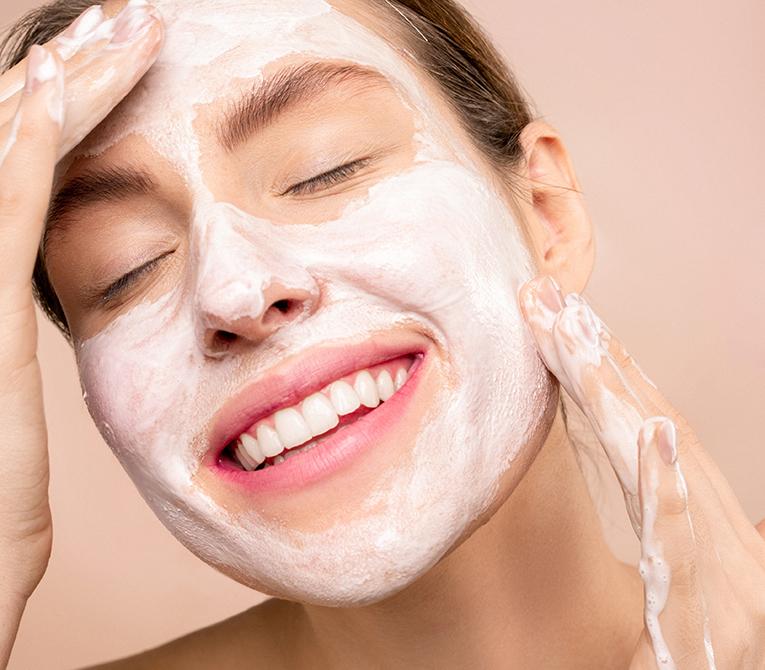 mujer lavándose el rostro