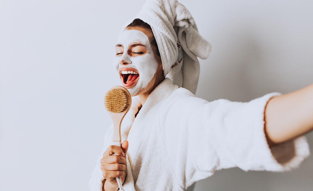 mujer mascarilla cuidado facial