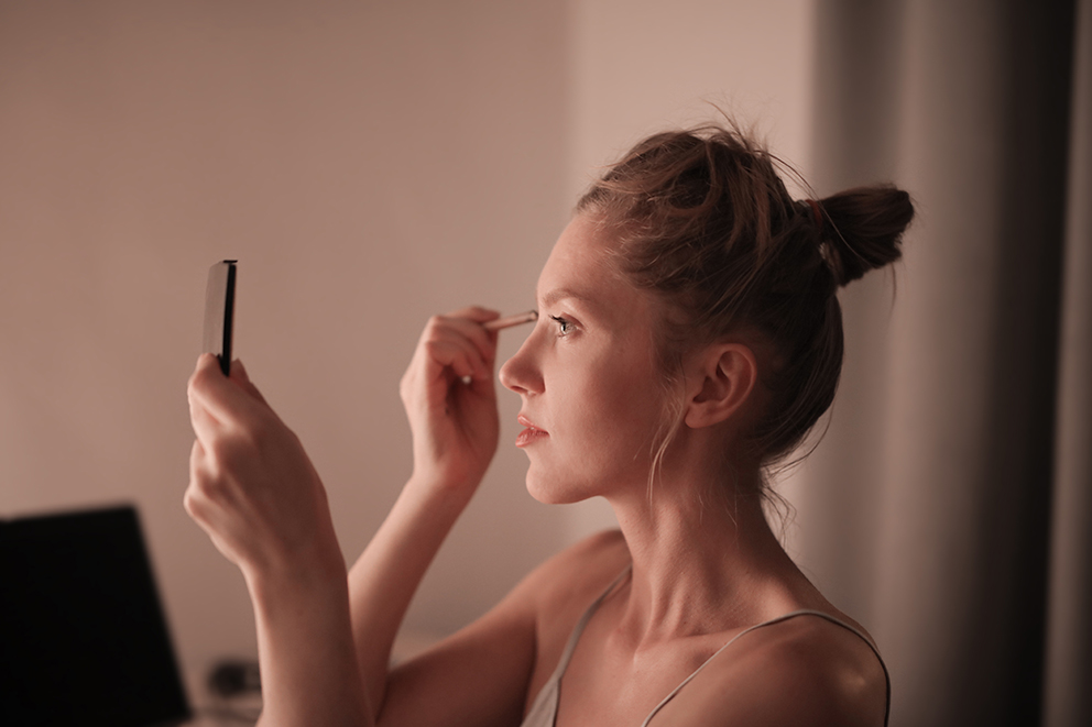 mujer_maquillaje- para el post: Nos vamos a la perfumería sin salir de casa, porque #YoMeQuedoenCasa