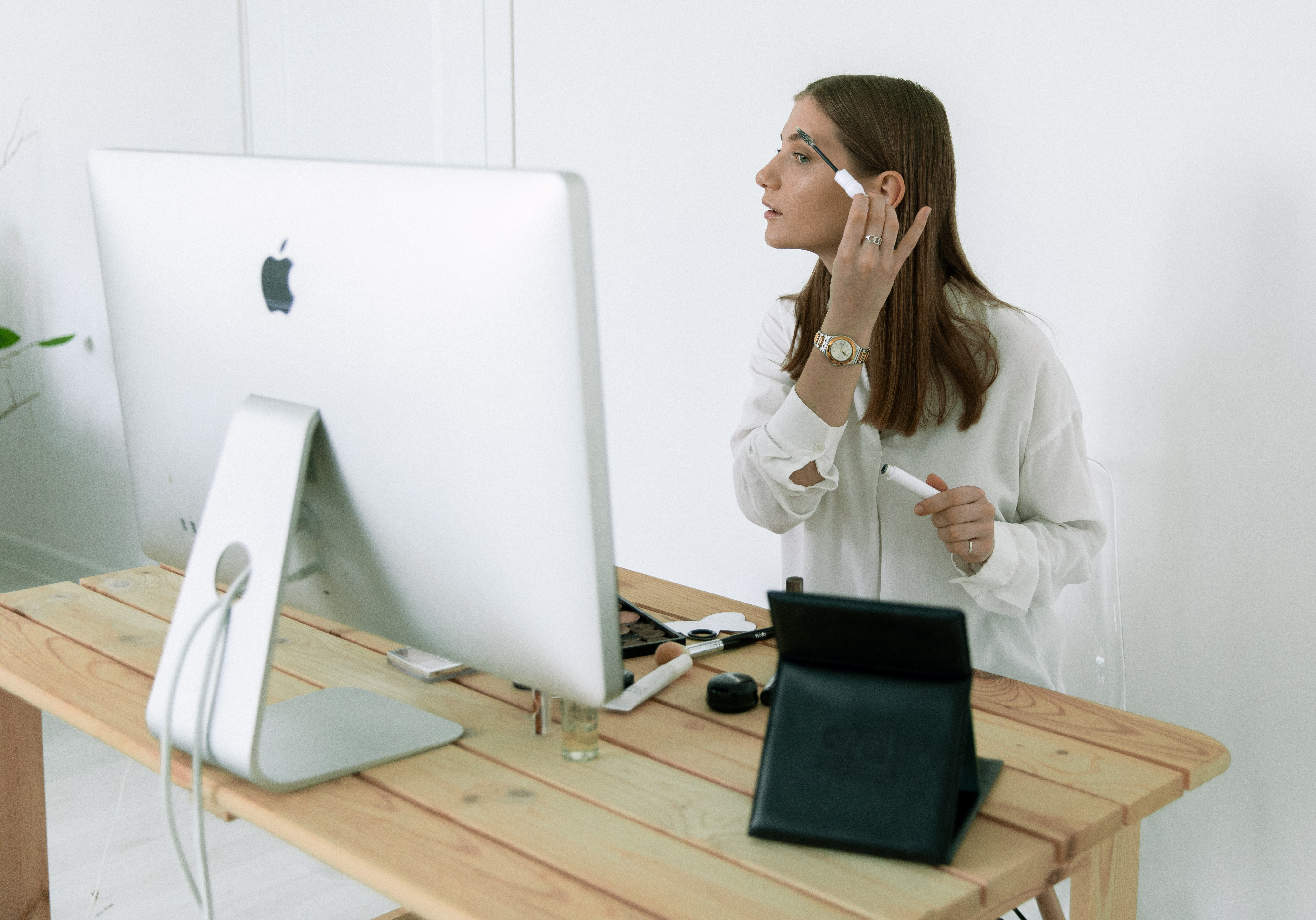 Mujer maquillándose frente al ordenador para la noticia: El canal online aglutinará el 30% de las compras de artículos de lujo hasta 2025