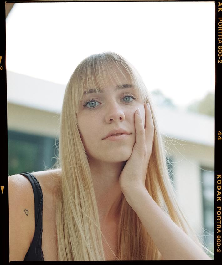 Mujer rubia con buena cara para el post ¿Qué relación hay entre el sexo y una piel radiante?