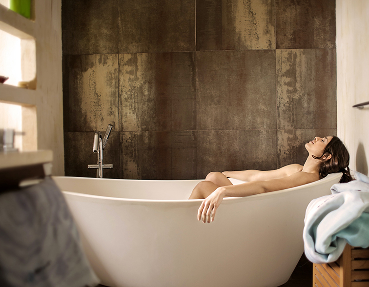 Las marcas de higiene fueron las más beneficiadas durante la pandemia. En la imagen, una mujer dándose un baño.