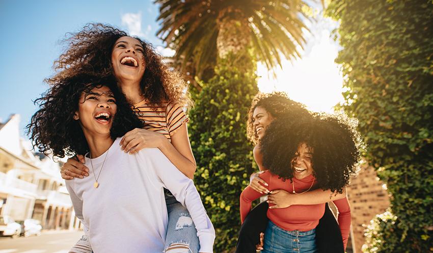 pelo rizado, curly girl: en la imagen, un grupo de chicas jóvenes con cabello rizado