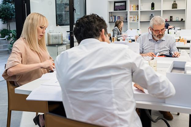 Topacio Fresh, galerista de arte, y Lorenzo Caprile, modista, concentrados durante la votación de los Premios del Perfume de la ADP.