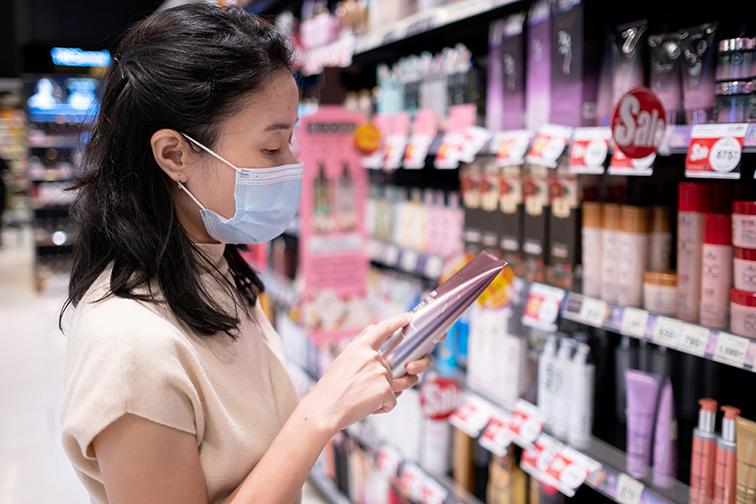 Mujer comprando en un lineal de supermercado para la noticia: Pasar a la acción, la vía para que gran consumo siga creciendo en 2021