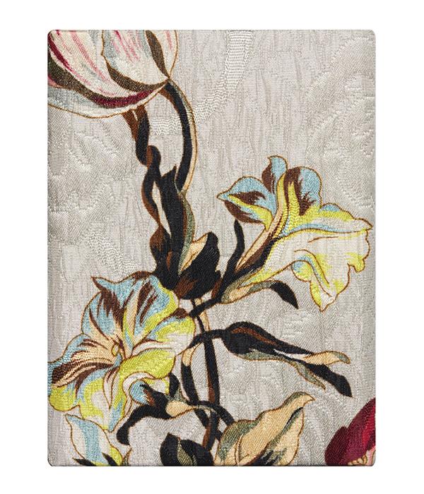 El icónico estampado Paisley de Etro viste la caja que custiodia al perfume White Magnolia. Se puede escoger entre cuatro estampados diferentes.