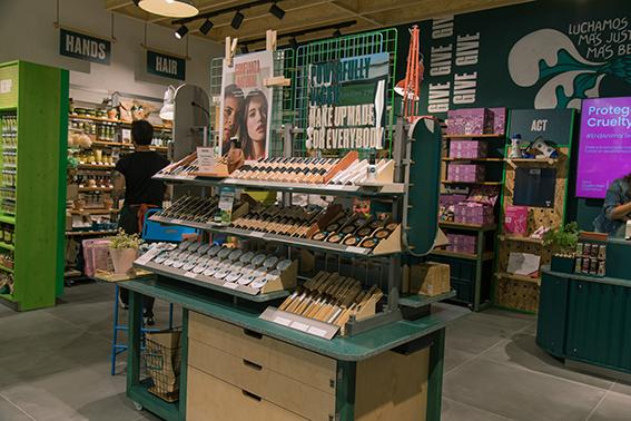 El concepto sostenible está presente en toda la tienda de Vigo de The Body Shop, que cuenta con un mobiliario elaborado con materiales reciclados.